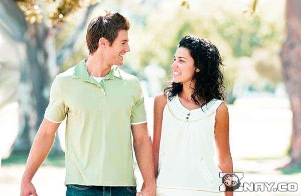 На прогулке по парку с девушкой