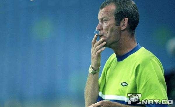 Футболист в отставке с сигаретой