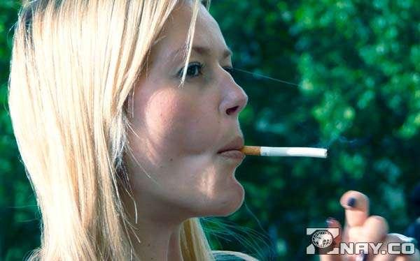 Худая курильщица и затяжка