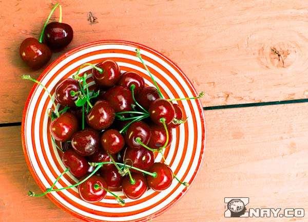 Ягоды в тарелке на столе