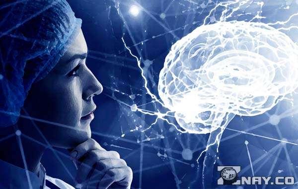 Смотрит на проблемы с мозгом