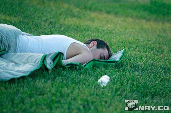 Спящее действие на траве