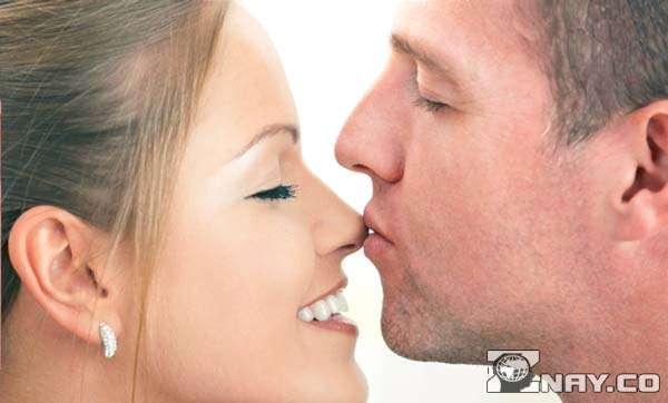 Проявляет расположение к даме поцелуем в носик