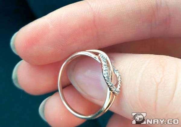 Обручальный перстень в руке