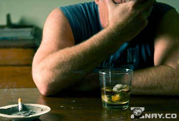 Мужчина болен алкоголизмом - выходит из запоя
