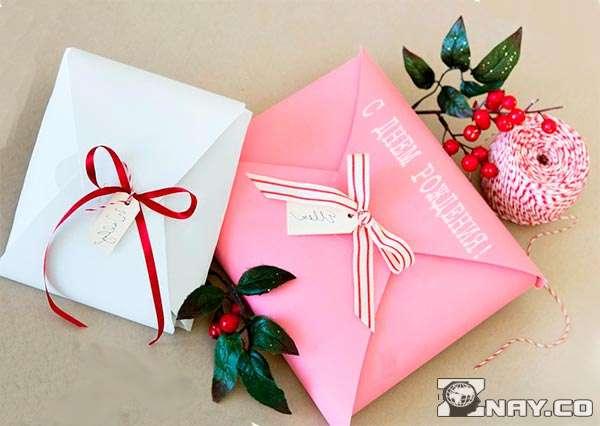 Красиво упакованная коробка с подарком
