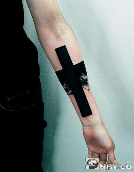 Рука с тату черным