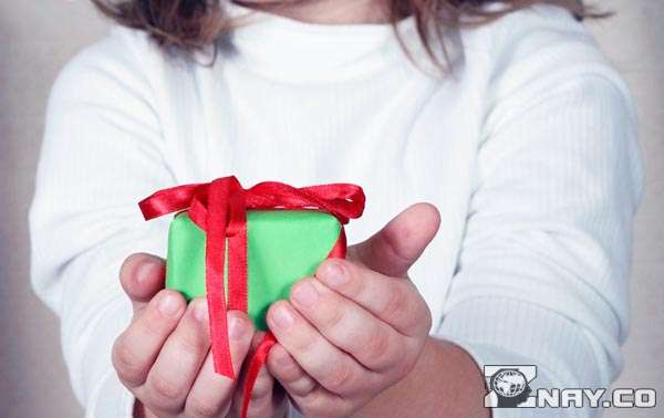 Подарок для отца в руках