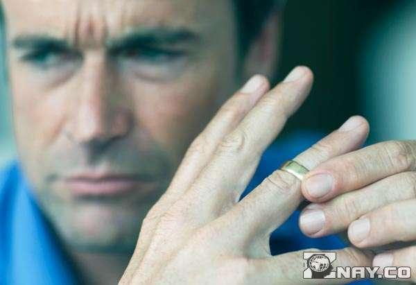 Женатый снимает кольцо с пальца