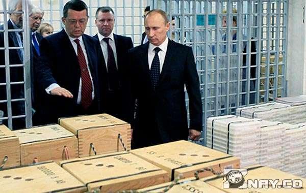 Путин осматривает золотые накопления