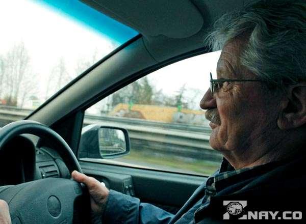 Пенсионер - водитель за рулем