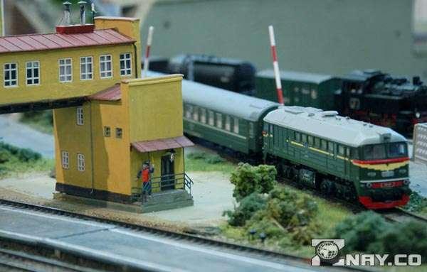 Поезд игрушечный на железной дороге
