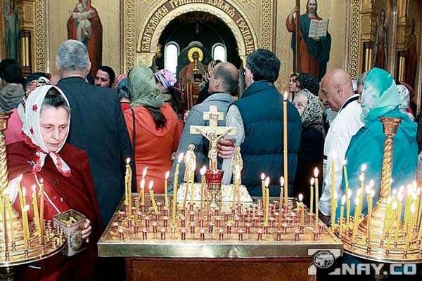 Ставят свечки в церкви за упокой