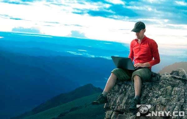 Фрилансер с ноутбуком на скале