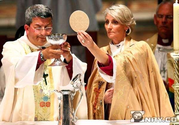 Женщина помогает священнику в церкви
