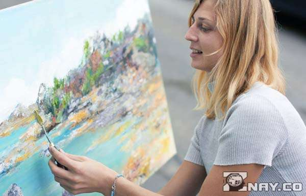 Девушка - творческий человек, рисует картину