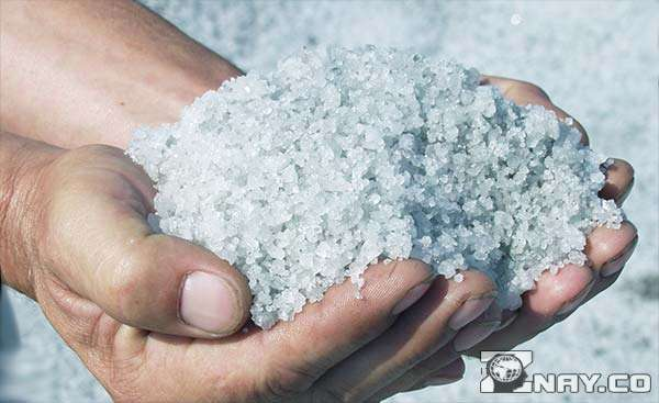 Горсть морской соли в руках