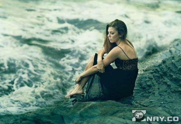 Сидит на берегу соленого моря