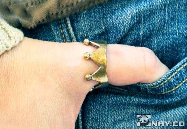 Кольцо у девушки на большом пальце