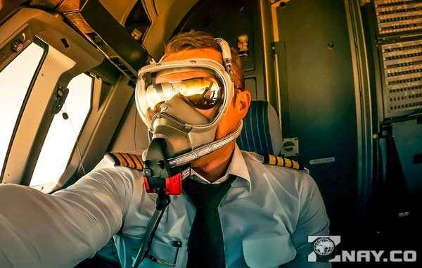Пилот в кислородной маске