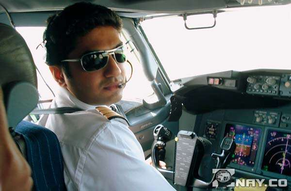 Летчик за штурвалом
