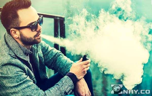 Дымит электронной сигаретой