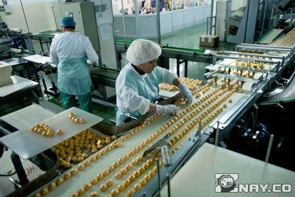 Работник липецкой фабрики делает конфеты