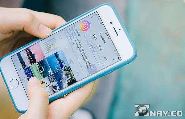 Смартфон с приложением в руках