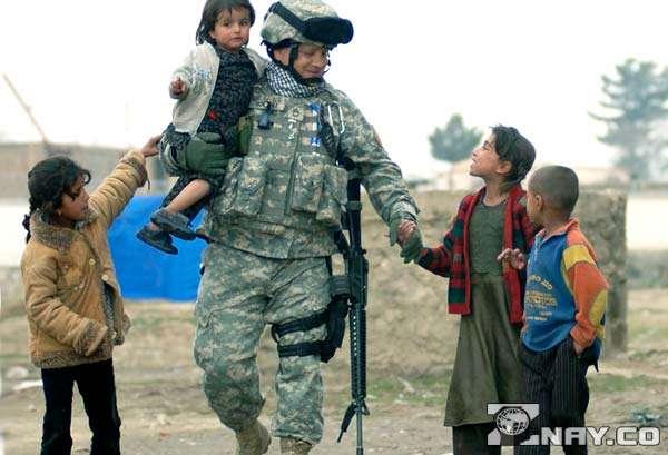 Военный ведет детей на базу