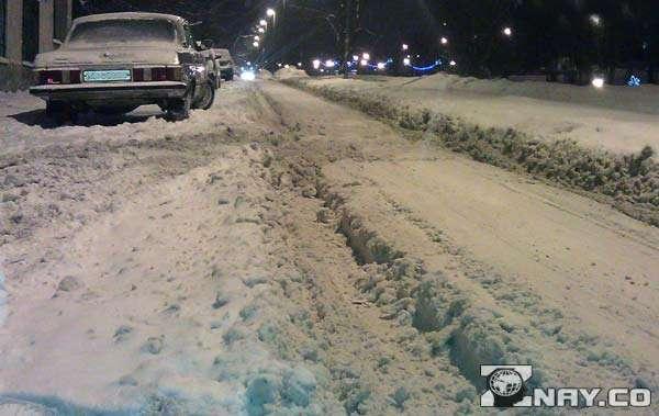Заснеженная проезжая часть в Новосибирске