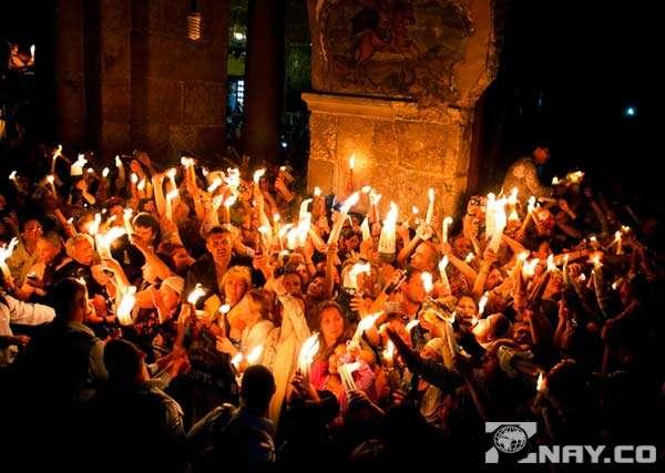 Люди радуются и жгут свечи