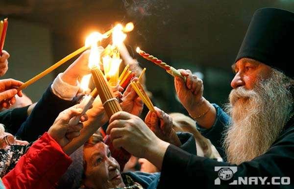Люди дождались появления Святого огня