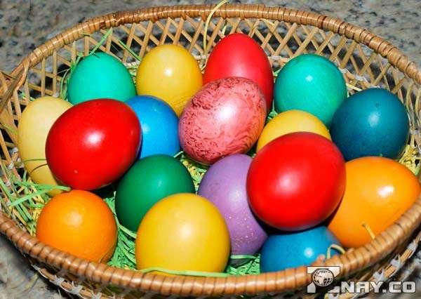 Корзина с крашенными яйцами