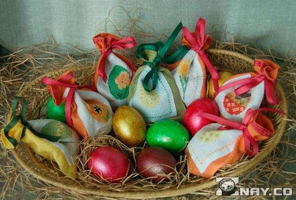 Игрушечные яйца в корзине