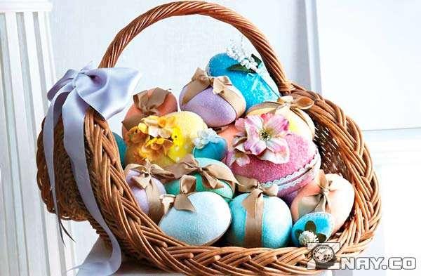 Корзина с пасхальными яйцами и куличами