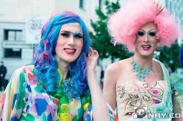 Два парня-гея нарядились в женщин