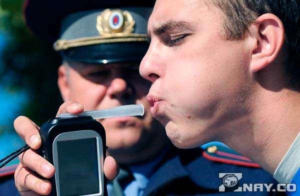 ГИБДД продувает водителя на алкотестере