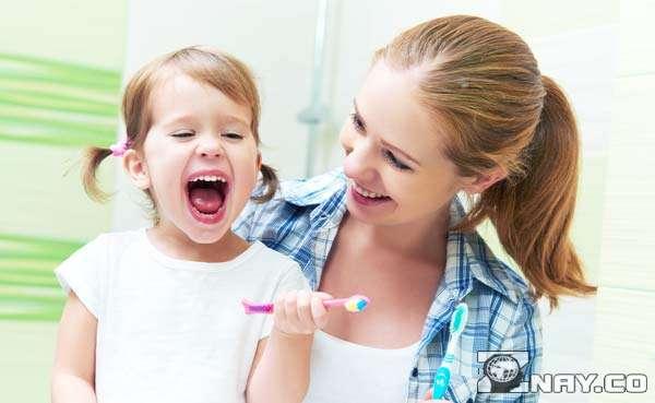 Ребенок с мамой чистит зубы