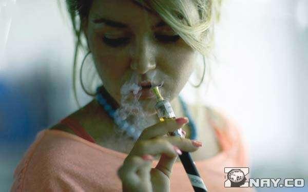 Девушка пыхтит с IQOS