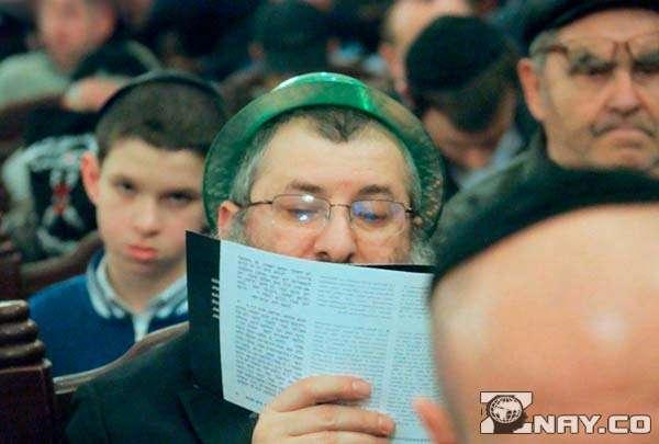 Читает выдающегося еврейского писателя