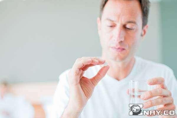 Принимает таблетку антибиотик