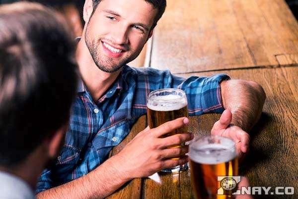 Парни пьют спиртное