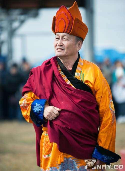 Буддистский паломник идет