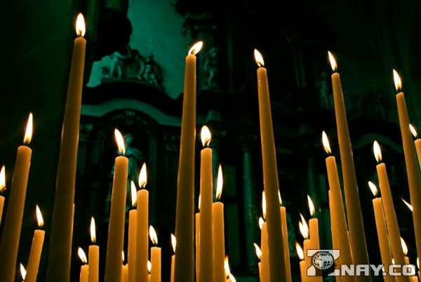 Одна из 30 свечей потухла
