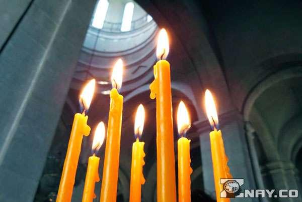Огни свечей в храме