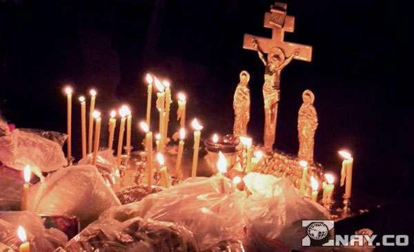 Процесс отпевания покойника со свечами