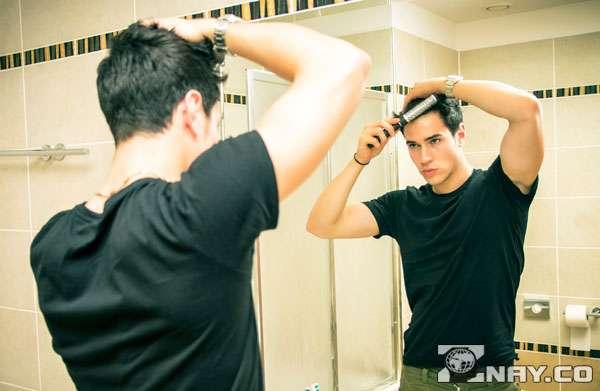 Метросексуал смотрится в зеркало