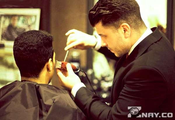 Мужской парикмахер в работе