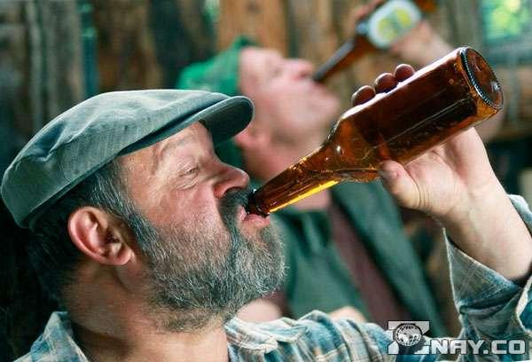 Дедушка пьет просроченное пиво