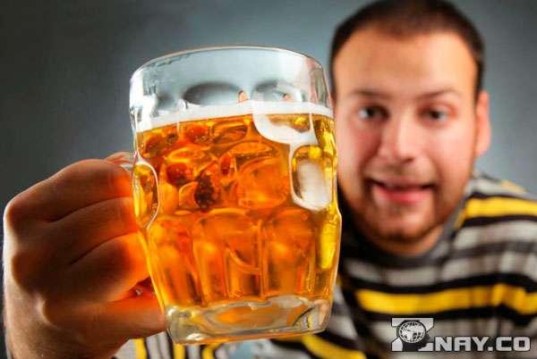 Пьет вредный пенный напиток